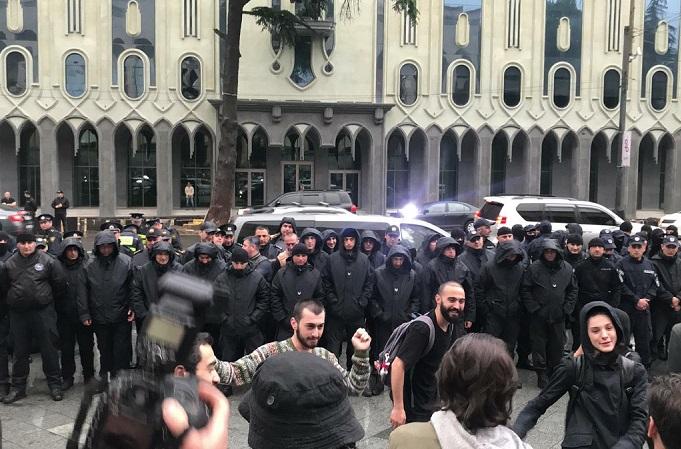 У Грузії продовжуються масові протести проти вторгнення поліції в нічні клуби