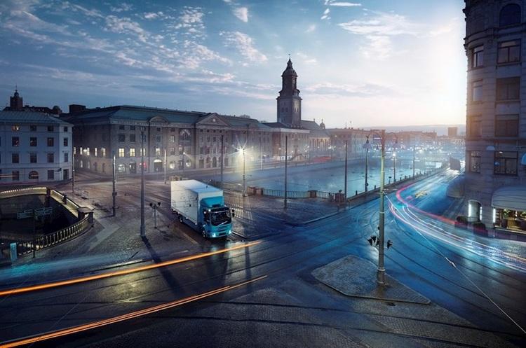«Тиха, чиста, може працювати вночі»: Volvo представила електровантажівку для вивезення сміття