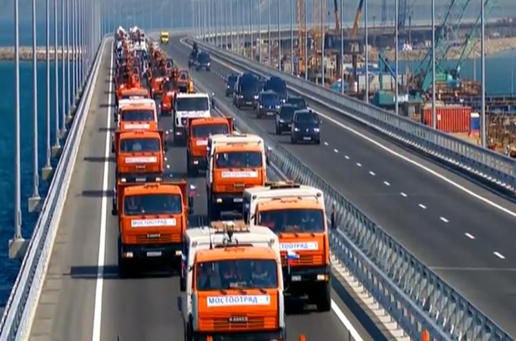 Путін особисто повів колону КамАЗів на відкритті нового моста