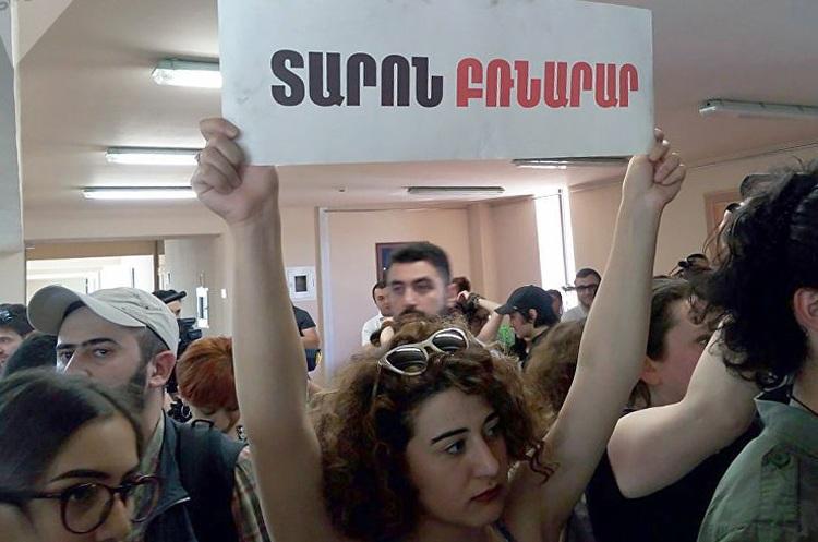 У Єревані протестувальники увірвалися до будівлі мерії