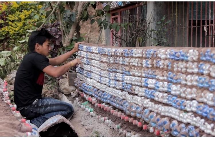 У Філіппінах винайшли, як перетворювати пластикові пляшки на будівельний матеріал (ВІДЕО)