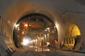 Не мостом єдиним: потяги розпочали рух Бескидським тоннелем