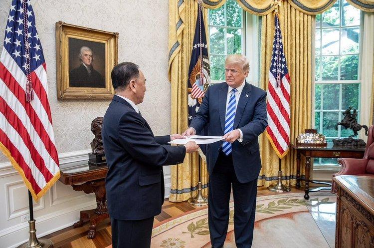 Трамп сфотографувався з листом від Кім Чен Ина