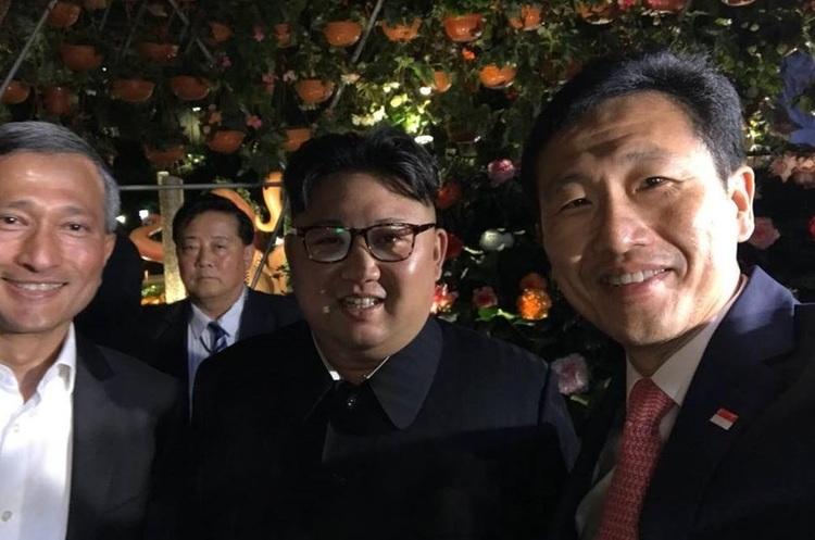 В очікуванні саміту з Трампом Кім Чен Ин гуляє по Сингапуру і робить селфі (ВІДЕО)