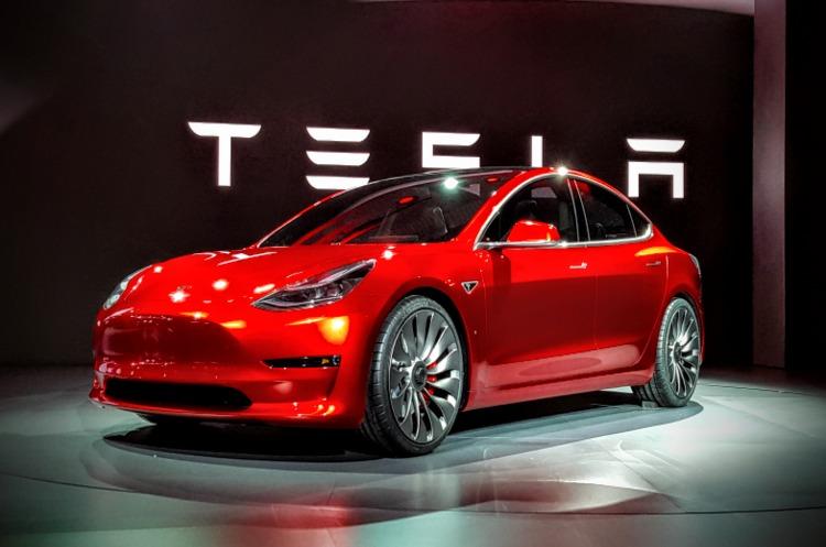Tesla Model 3 отримала функцію автопарковки, як і дорогі моделі