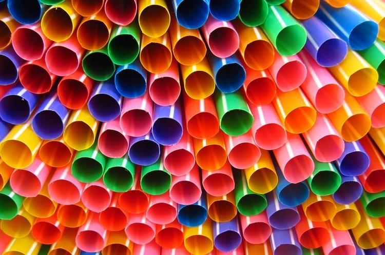 Перехід від пластикових соломинок на екологічні, паперові, обійдеться компаніям в десятки разів дорожче