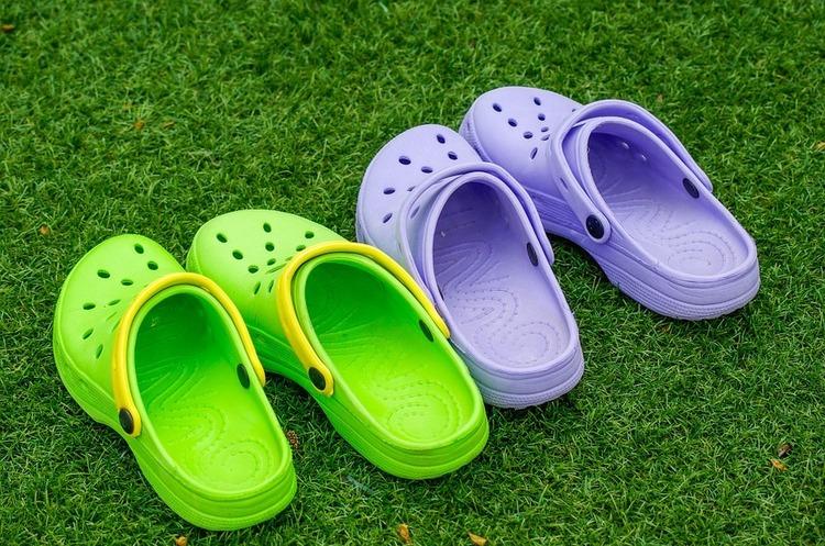 Crocs оголосила про закриття усіх свої фабрик, але це не значить, що компанія припинить виробляти взуття