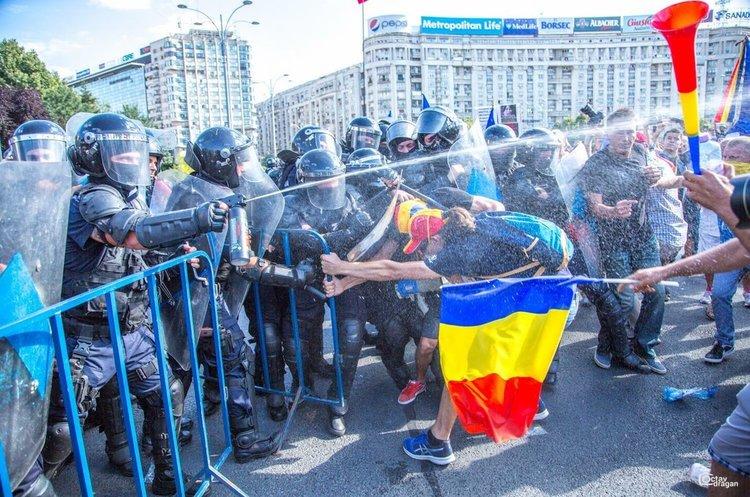 В Румунії проходять масштабні протести проти уряду, у сутичках постраждало 450 людей