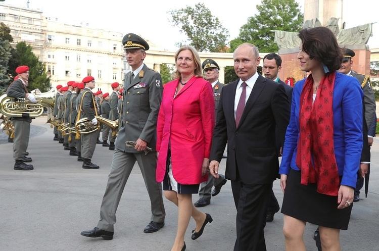В Австрії вимагають відправити у відставку міністра МЗС, яка запросила Путіна на своє весілля