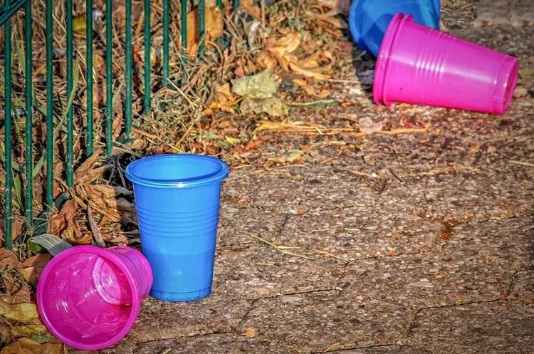 У Євросоюзі заборонять пластиковий одноразовий посуд