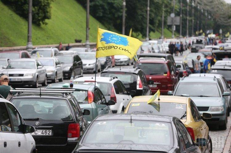 «Бляхи» залишаються? Чому депутати не поспішають приймати закон про зниження автоакцизів