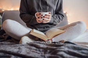 У теплі та з користю: 5 затишних книг для читання морозними вечорами