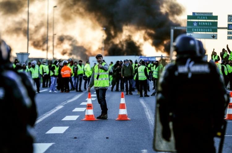 Протести у Франції: один з «жовтих жилетів» погрожував підірвати заправку