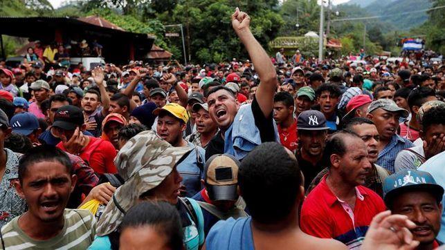 Сотні мігрантів намагались штурмом взяти кордон Мексики та США (ВІДЕО)