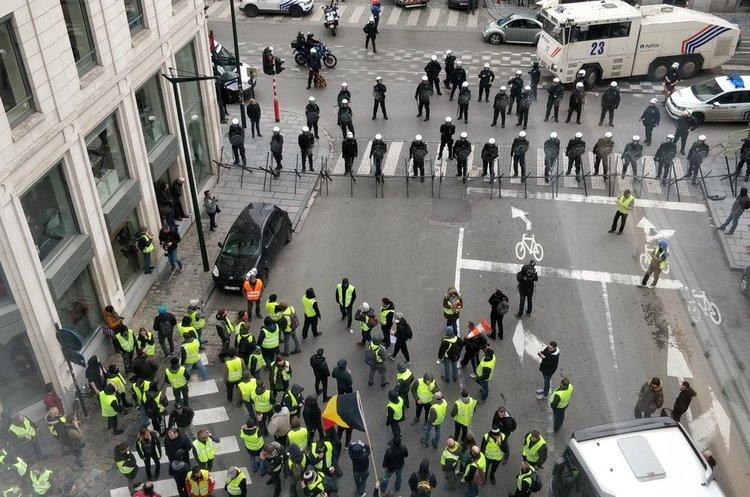 «Жовті жилети» вже і в Брюсселі: сотні людей вийшли протестувати проти зростання цін на пальне
