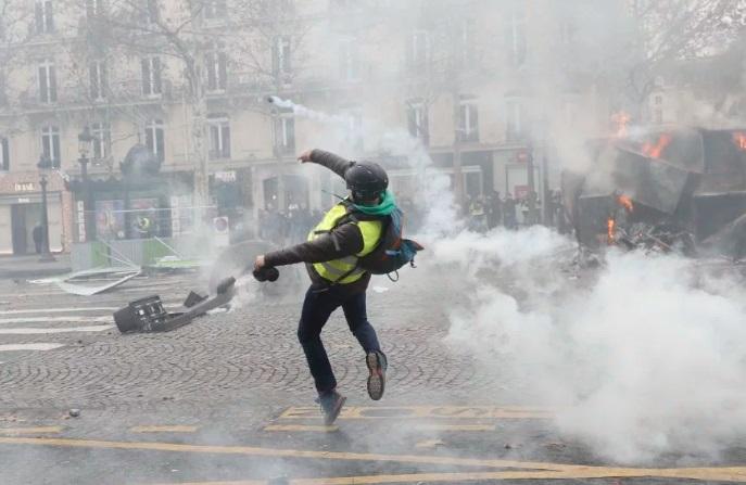 Зіткнення «жовтих жилетів» з поліцією у Франції: 115 чоловік затримано (ФОТО)