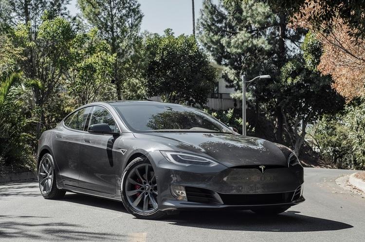 Автомобіль Tesla сам втікав від поліції на автопілоті, поки нетверезий водій спав
