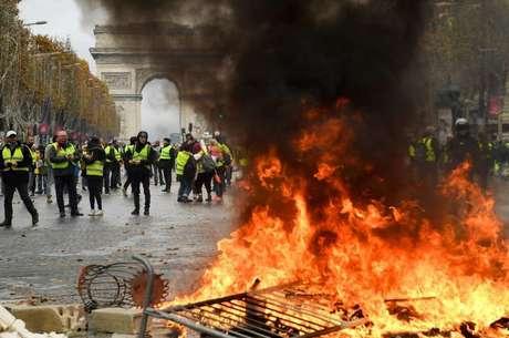 Франция против Макрона: кто, зачем и как успешно разжигает протесты