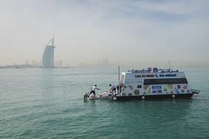 В Дубаї запустили «плавучий супермаркет» (ВІДЕО)