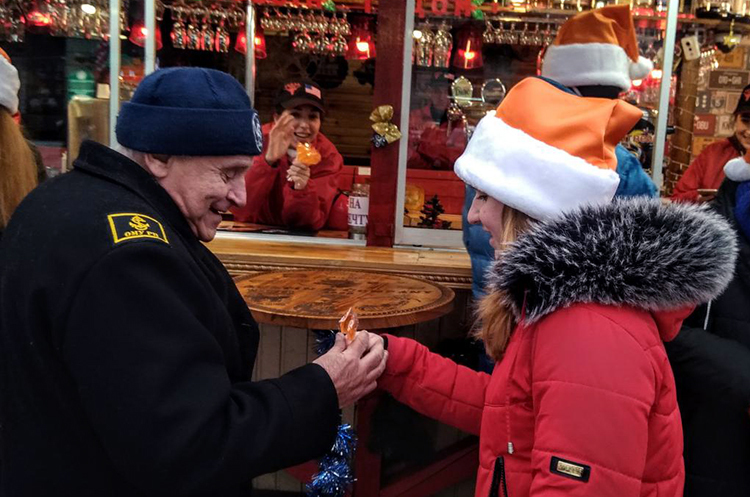 Флешмоб «Передай добро далі» пройшов у День Святого Миколая в 4-х містах України