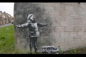 Крах дитячої віри в хороше: художник Бенксі намалював нове графіті (ВІДЕО)