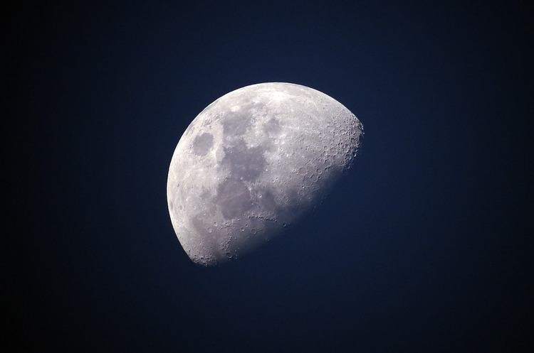 Китайський космічний апарат передав на Землю перші знімки зворотного боку Місяця