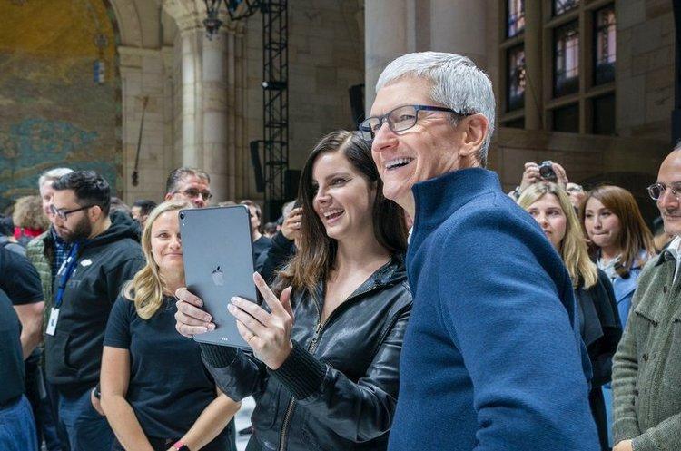 Тім Кук за 2018 рік заробив понад $15 млн, що у 283 рази більше, ніж звичайний працівник Apple