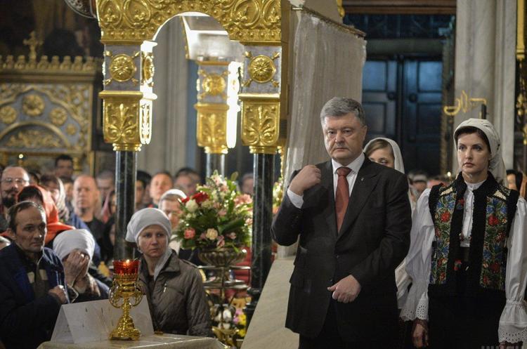 Томос привезли до України і він зараз у Рівному – Порошенко