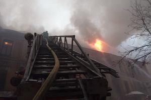 Оновлено: на столичному Хрещатику горить 3-поверхова будівля (ВІДЕО)