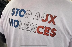 «Червоні шарфи» та «сині жилети» вийшли протестувати проти «жовтих жилетів» (ВІДЕО)