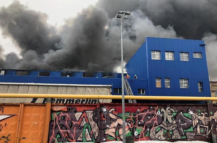 Пожежа біля станції метро «Лісова» в Києві охопила 10 000 кв. м