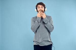 В ООН хочуть обмежити гучність музики, яку люди слухають в навушниках