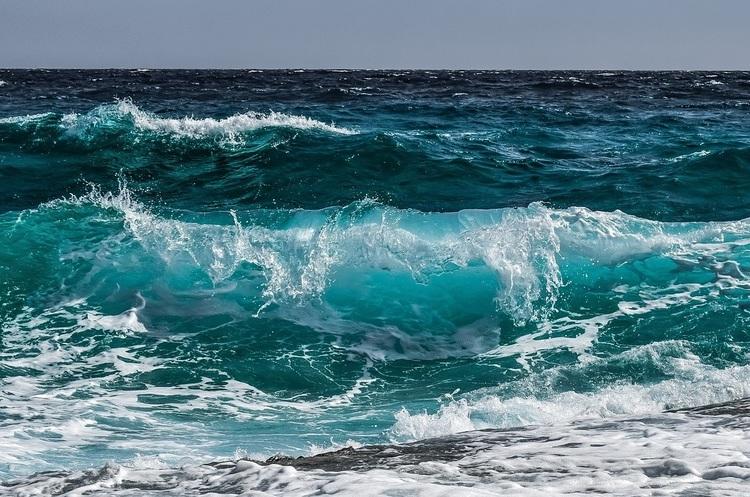 Вчені винайшли спосіб отримувати дешеву електроенергію з морських хвиль