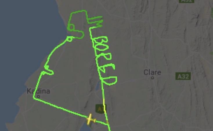 Австралійський пілот намалював літаком в небі напис «мені нудно» та непристойне зображення (ВІДЕО)