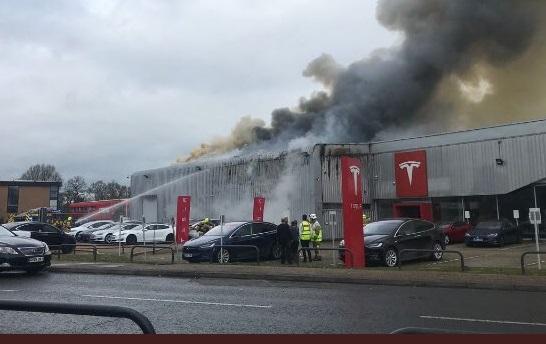 В Британії загорівся автосалон Tesla з автомобілями