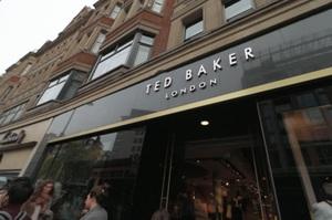 Примушував працівників обніматися: глава бренду Ted Baker пішов з посади через скандал
