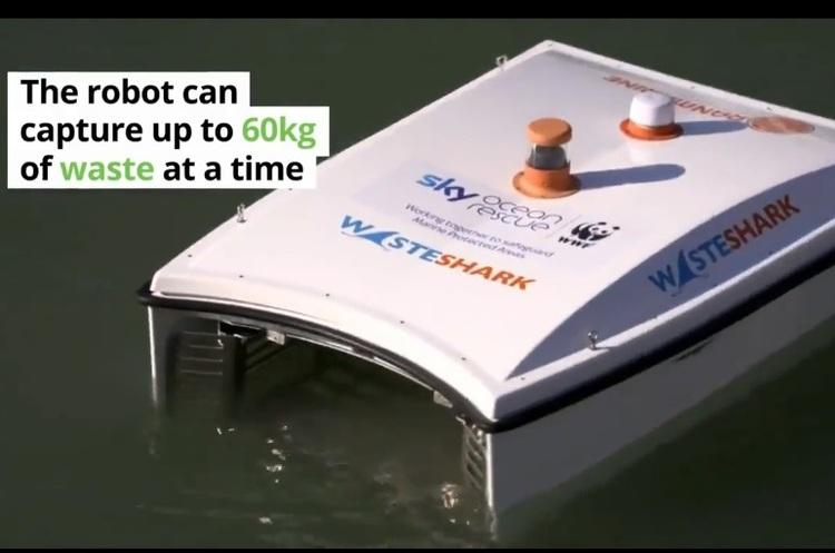У Великобританії запустили робота-акулу, який «їсть» пластикові відходи