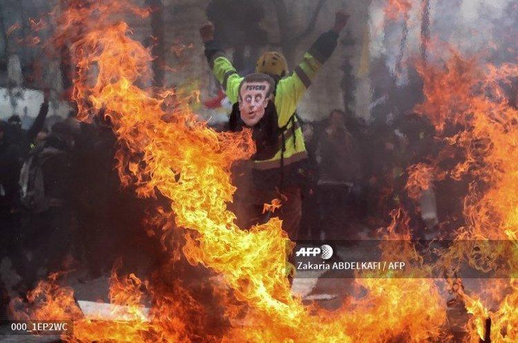 «Жовті жилети» вийшли за рамки: Макрон обіцяє жорстку відповідь протестувальникам