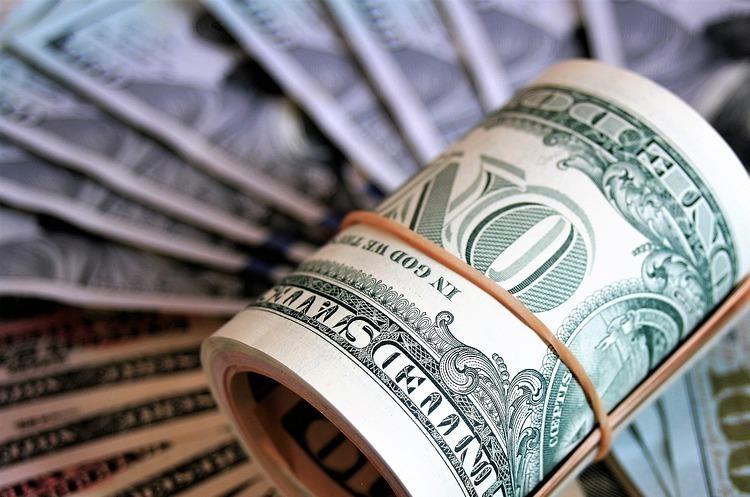 Жителі Казахстану масово скуповують долари після несподіваної відставки Назарбаєва