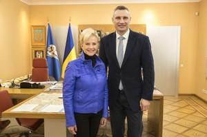 До Києва прибула вдова Джона Маккейна, щоб бути спостерігачем на виборах