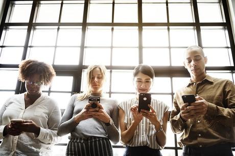 Розкіш людського спілкування: чому уникати екранів – ознака високого статусу