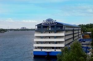 Київський готель на воді «Баккара» виставлено на продаж за 75,3 млн грн