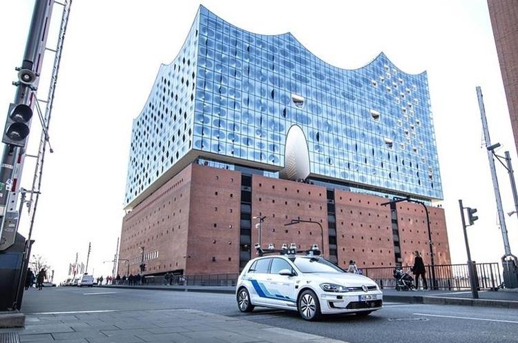 Volkswagen почав тестувати безпілотні автомобілі на «цифровій трасі» в Гамбурзі