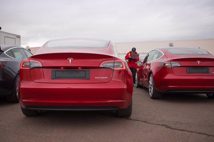 У Tesla анонсували плани навчити свого автопілота самостійно об'їжджати ями