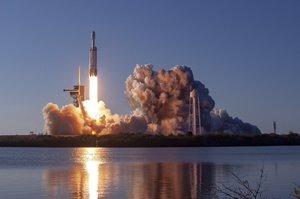 З третьої спроби: SpaceX здійснила перший комерційний запуск своєї Falcon Heavy
