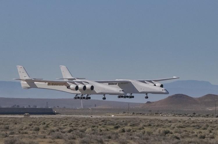 Найбільший літак у світі здійснив свій перший політ (ВІДЕО)