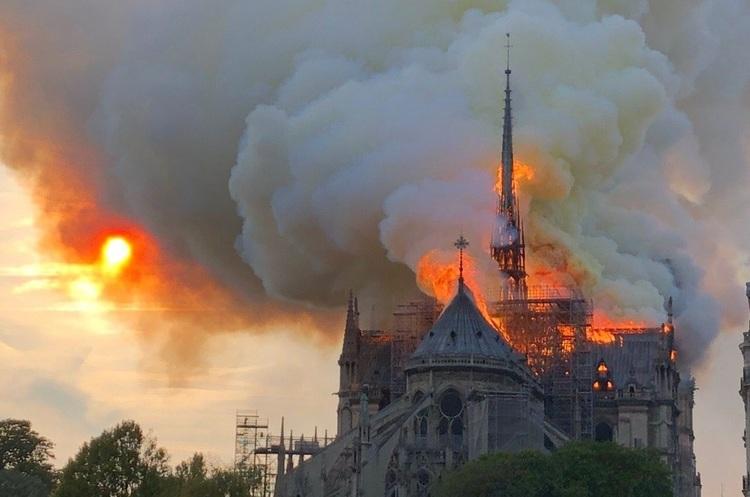 Собор Парижской Богоматери в огне: фасад и стены здания спасены [ВИДЕО]
