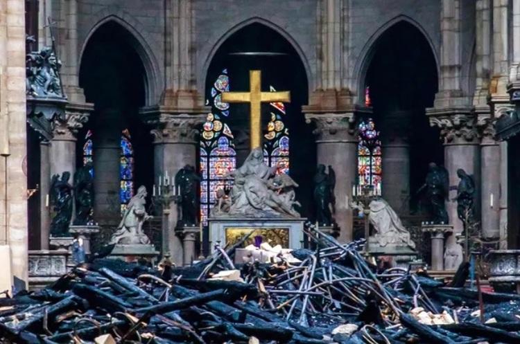 Apple пожертвує гроші на відновлення Собору Паризької Богоматері