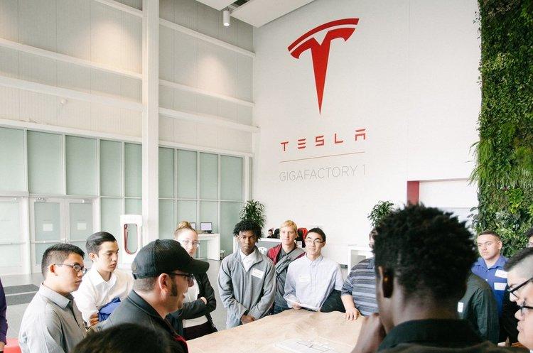 Tesla займається розслідуванням причин вибуху свого авто в Шанхаї (ВІДЕО)