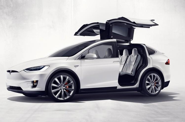 Tesla обіцяє запустити сервіс безпілотних таксі у 2020 році